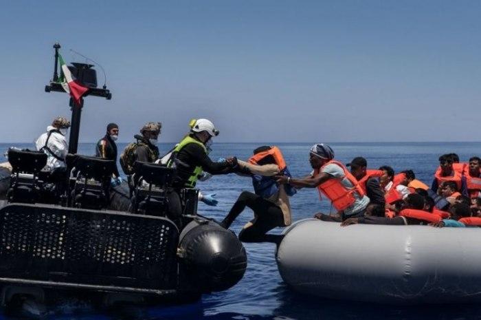 /media/post/374adr5/gallery-1500024781-sbarchi-migranti-italia-navi-marina-militare-reportage-02.jpg