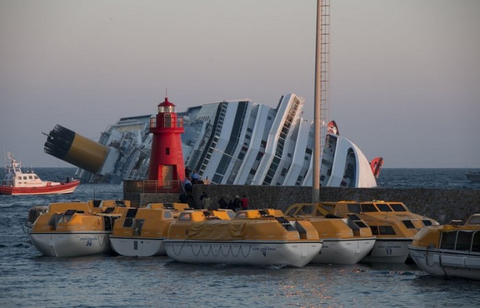 /media/post/3v38885/1024px-Collision_of_Costa_Concordia_35-796x512.jpg