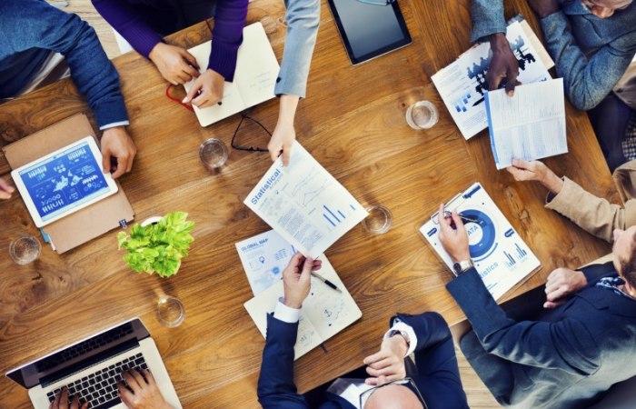/media/post/e9prvv3/People-Working-At-Desk-796x512.jpg