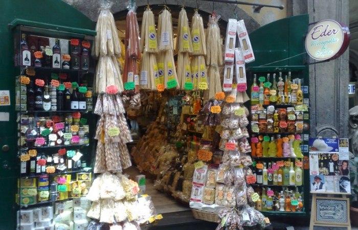 /media/post/uggf7rs/Napoli_-_Negozio_di_prodotti_tipici_Campani-796x512.jpg